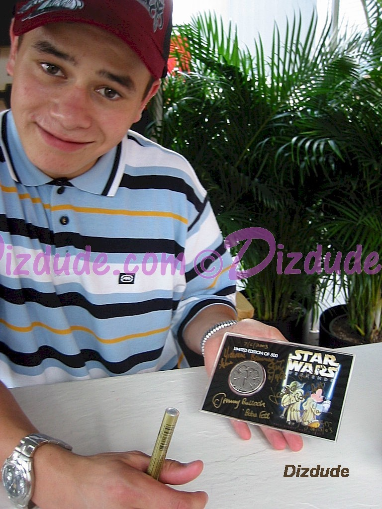 Daniel Logan (Young Boba Fett) Just after he Signed this Bounty Hunter Coin © Dizdude.com