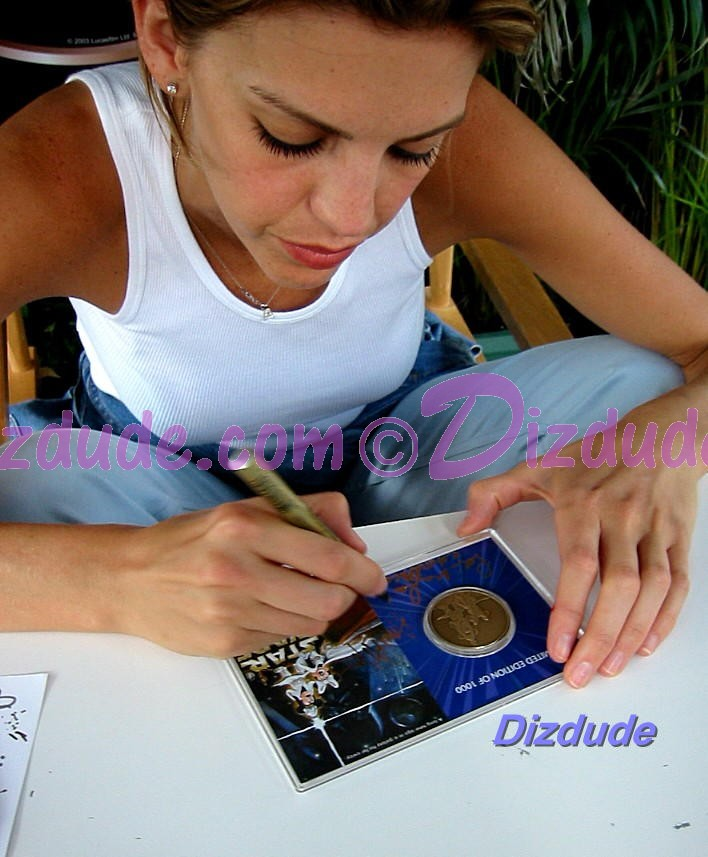 Amy Allen (Aayla Secura, blue skined Twi'lek female Jedi Knight) Signing the coin © Dizdude.com