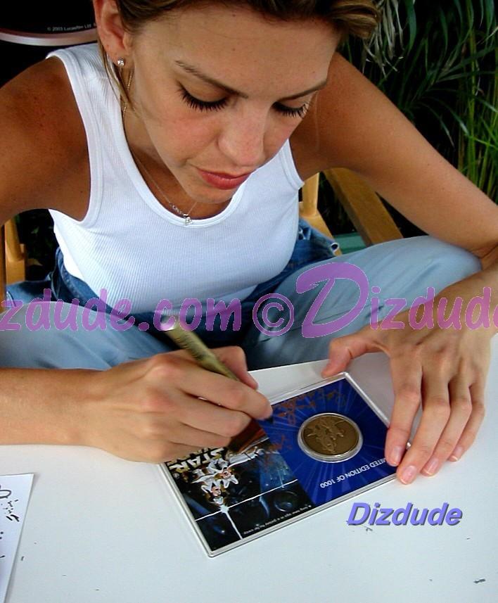 Amy Allen (Aayla Secura, blue skined Twi'lek female Jedi Knight) Signing the coin © Dizdude.com